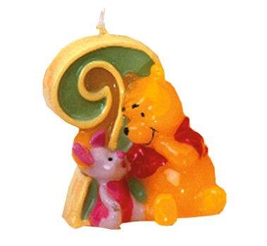 Świeczka urodzinowa cyferka 2 - Kubuś Puchatek  Bajkowy ulubieniec wszystkich dzieci z cyferką 2 zabierze uczestników na przyjęcie w stylu Kubusia Puchatka z okazji 2 urodzin. Doskonała jakość gwarantowana przez firmę Disney.