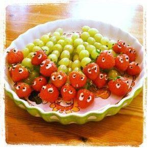 Rupsje nooitgenoeg - druifjes, aardbeien spiesje, oogjes van mayo en stukje rozijn of chocoladestift