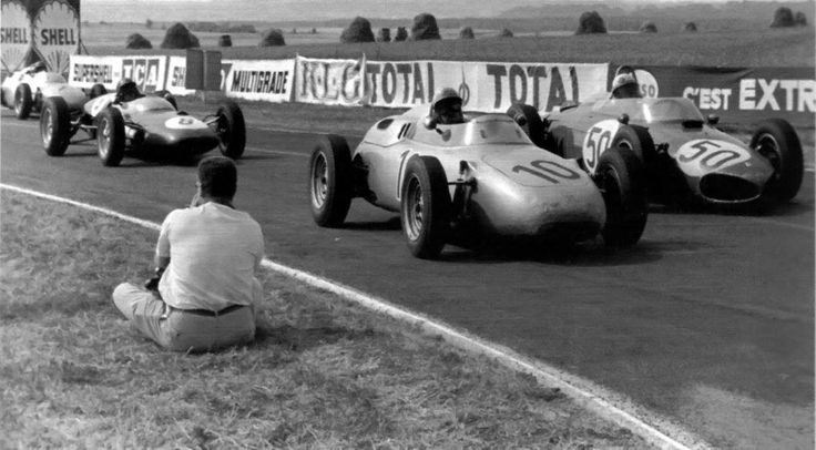 Jo Bonnier (Porsche), Phil Hill (Ferrari) & Jim Clark (Lotus-Climax) Grand Prix de France - Reims-Gueux 1961 (reporter au premier plan) - source F1 History & Legends.