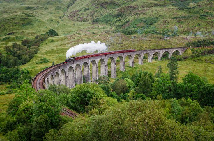 Гленфиннан Виадук, Шотландия  Самый фотогеничный железнодорожный мост Шотландии известен далеко за пределами Великобритании. У любителей книг и фильмов и волшебнике Гарри Поттере этот виадук ассоциируется прежде всего с Хогвард-Экспрессом. Ведь именно по нему проезжал знаменитый поезд в киноленте «Гарри Поттер и тайная комната»