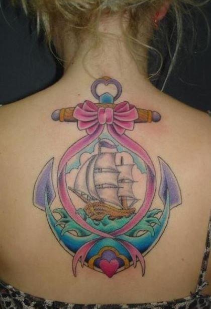 Grande-tatuaggio-sulla-schiena-di-una-ancora-con-fiocco-e-vascello.jpg (420×613)