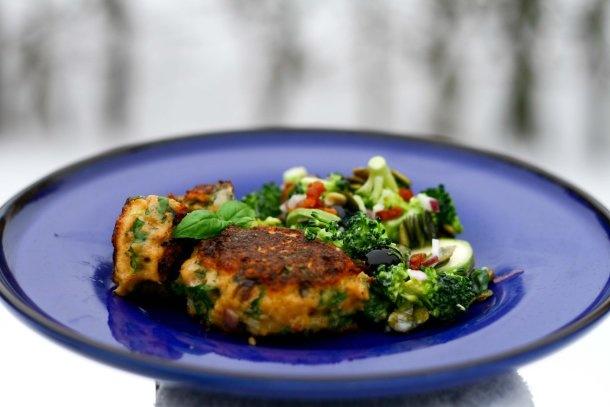 Hurtige lakse frikadeller og broccolisalat - LCHF
