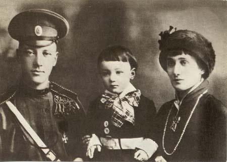В начале десятых годов Ахматова вышла замуж за известного поэта Гумилева. Она долго, целых семь лет, отвергала ухаживания пылкого влюбленного, но, наконец, все же решилась на брак.   (Ахматова в Киеве )