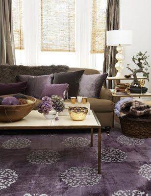 Современная гостиная с пурпуровый ковер, шоколадно-коричневый диван, подушки фиолетовые и коричневые шторы