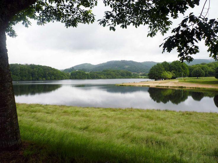 Etang de Jonas à Ambazac. Le Pays de l'Occitane et des Monts d'Ambazac est un massif granitique qui culmine à 701 mètres. Le Pays offre une diversité de paysage de vallées, landes et forêts qui s'offriront à vous par la randonnée. La nature reste prédominante avec des lieux secrets tels que la Tourbière des Dauges ou l'Arboretum de la Jonchère. En savoir + sur www.randonnee-hautevienne.com