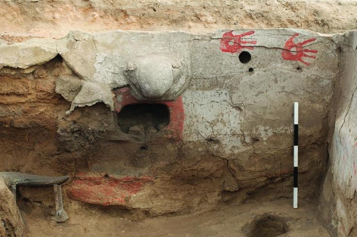Çatalhöyük, uno dei muri di argilla con decorazioni dipinte, realizzate con un colorante rosso, probabilmente ocra (foto Çatalhöyük Research Project)