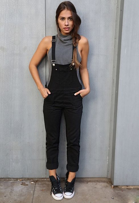 Gabriella Lenzi, macacão, all star preto, blusa de gola cinza, look básico