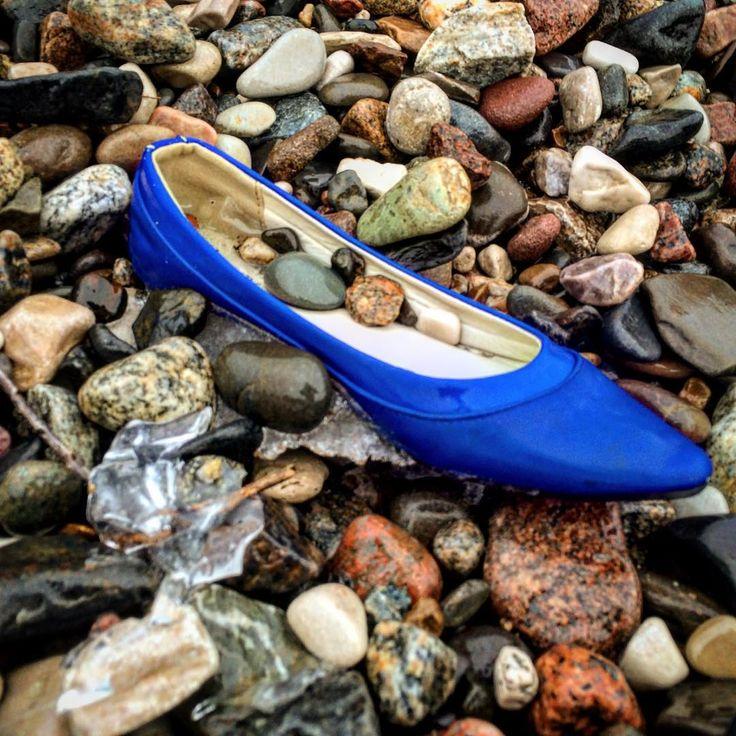 """Картина называется """"Где ты, Золушка!?"""" Бродит ведь по свету в одной туфле... А между тем, не май месяц. Прохладно... #камешки #обувь #лёд #ноябрь #пляж #волга #тольятти #выкинулоштормом"""