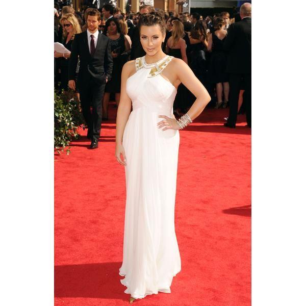 ■Escote adornado    Kim Kardashian hace lo que mejor sabe hacer: caminar por la alfombra roja. El escote adornado realza la simplicidad de este vestido blanco Marchesa, por lo que no necesitas enloquecerte por la joyería. Kim complementa su estilo con puño de Lorraine Schwartz en su muñeca. Ella muestra que este estilo también queda bien en mujeres con curvas.