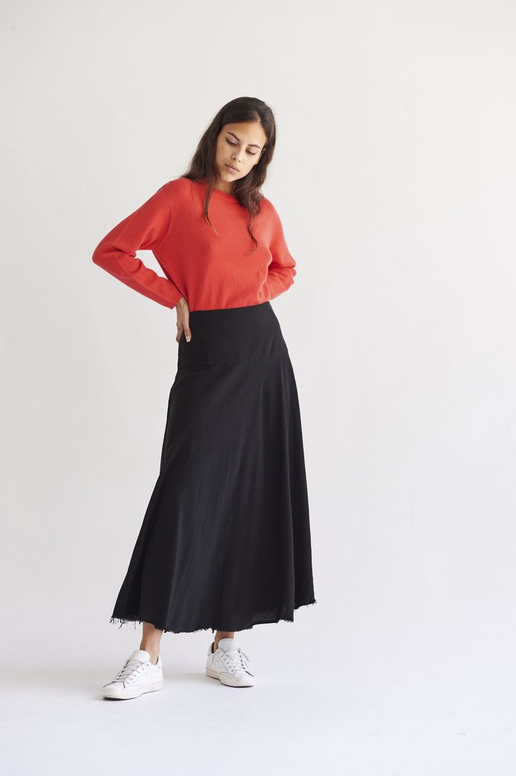 Designed in cupro, it has a long evaseé pattern. It's fitted at the waist.  The weight of the fabric makes it fall and flow.  Invisible zipper closure at the side.  Frayed hem finish.  Model wears size S.  100% Cupro