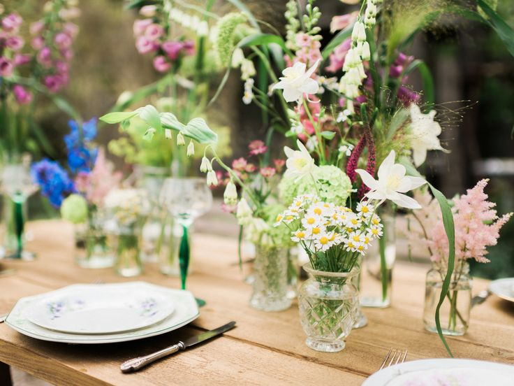 Blomsterdekorationerna är med härliga sommarblommor i olika nivåer. En enkel dukning som ändå blir maffig och personlig.