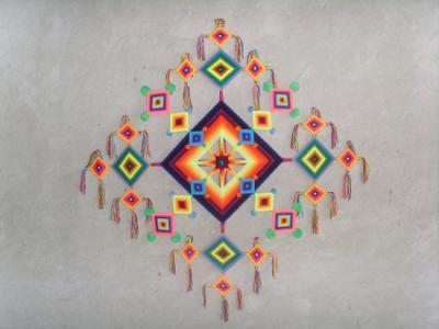 """El """"ojo de Dios"""" es la figura instrumental religiosa más conocida de la cultura huichola. Representa los cinco puntos cardinales del cosmos..."""