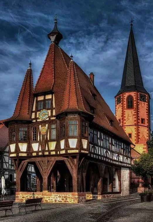 Фото: Старинная архитектура Стиль фахверк распространён в Европе : Германия, Бельгия, Франция, Нидерланды и страны Прибалтики. В этом стиле строили как частные дома, так и общественные здания - магистраты, церкви, биржи, склады-магазины. Фахверк легко строится, дёшев, поддаётся трансформации - можно надстроить ещё этаж или два, можно расширить, или сузить, если понадобится. #архитектура #интересно #познавательно #architecture
