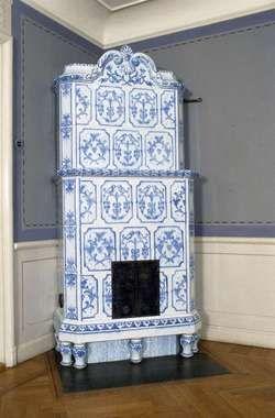 A short Kakelugn    Digitalt Museum - Matsalen i bottenvåningen. Kakelugn med vitt kakel med dekor i flytande blått, Brunnsgatan 2, kvarteret Linden, Tierp, Upp...