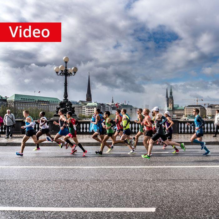 Bei seinem ersten #Marathon in Frankfurt wurde Marcus Schöfisch überraschend Deutscher Marathonmeister. Die Wahl für seinen zweiten Marathon viel auf den Haspa Marathon Hamburg. Die Vorbereitung und das #Lauftraining liefen sehr gut, wodurch wir optimistisch nach Hamburg reisten. Wir waren natürlich angespannt und aufgeregt, jedoch überwog die Vorfreude deutlich. Davon konnte uns auch nicht das bescheidene Wetter abhalten. In einem grandiosen Rennen erzielte Marcus ein super Ergebnis, was…