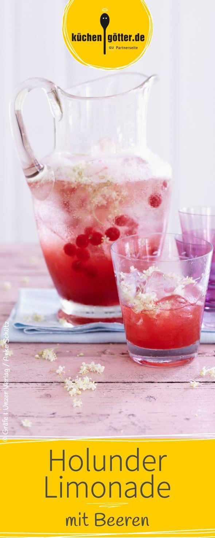 Diese fruchtige Limo aus selbst gemachtem Holunderblütensirup und Beeren sorgt für Sommer im Glas.