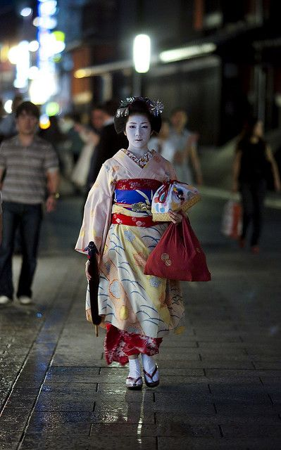 A maiko walking to her engagements.