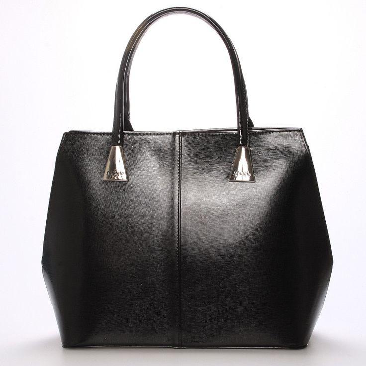 #bestseller  Luxusní model od značky Maggio je z  odrazem elegance, luxusu a stylovosti.Z čelní strany je saffianová a na zadní straně je lakovaná.  Vezměte si ji na společenskou akci, ale i do práce nebo jen tak do města. Uvnitř vám kabelka nabídne menší kapsy bez zipu a se zipem a nedělený prostor s černou podšívkou. Kabelka je pevná, větší velikosti a můžete ji nosit v ruce nebo na předloktí.