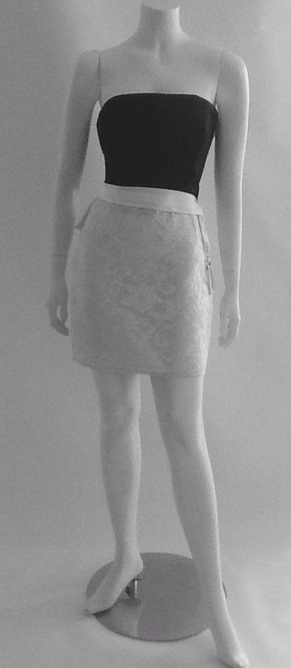 Talle en raso color negro, falda en encaje Chantilly color blanco.