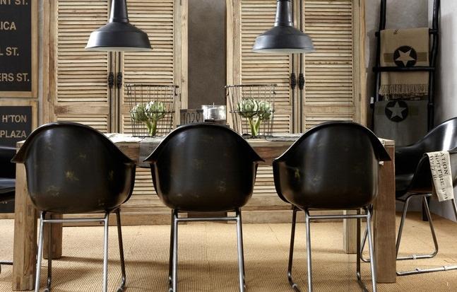 Silla con reposabrazos fabricada en piel color negro for Sillas comedor con reposabrazos