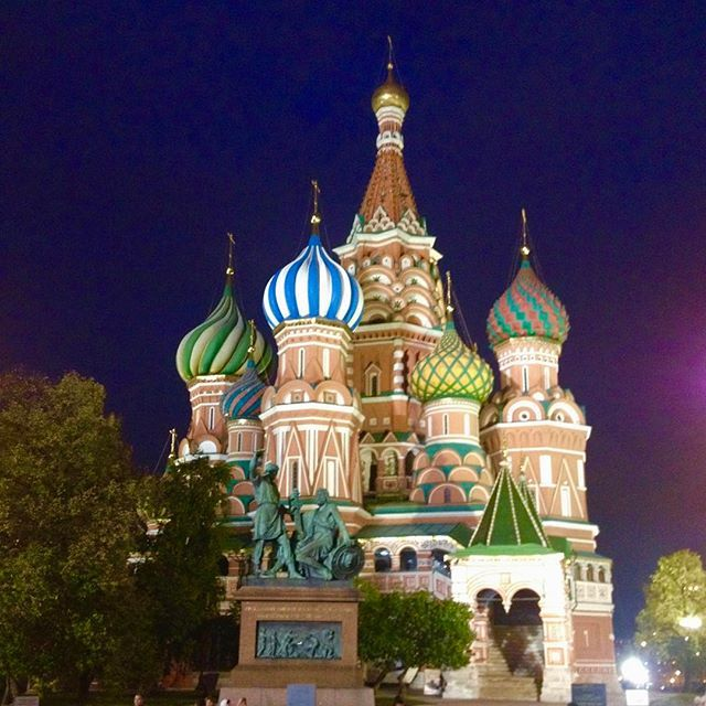 📸: St Basil's Cathedral, colourful by day and night 🌈 #thegirlswhowander #StBasilsCathedral #Moscow #Russia #intrepid #oniondomes