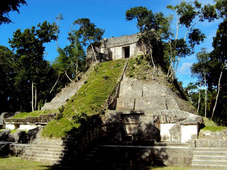 https://flic.kr/p/iMcPTG | Nakum | Nakum fue una ciudad maya poblada entre los años 800-300 a.C. Se extiende en un área de un kilómetro de largo y quinientos de ancho, junto a orillas del río Holmul. Es una de las ciudades mayas que conserva mayor cantidad de edificios con arquitectura visible.