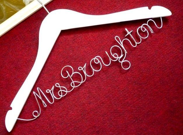 Die Bräute und Bräutigam Personalisierte Hanger ist eine schöne Ergänzung für die Fototermin haben muss. Lassen Sie sich nicht, dass fabelhafte Kleid für immer auf einem Kleiderbügel aus Kunststoff...