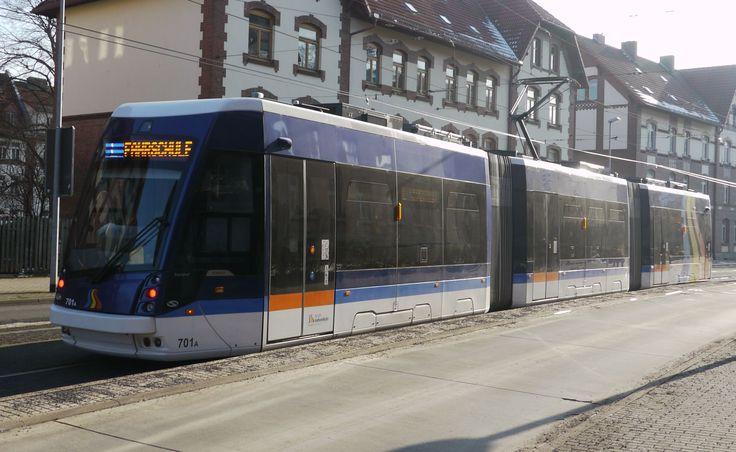 <Jena> ポーランドのソラリスによるTramino。ドイツではイェーナ(2013年)とブラウンシュヴァイク(2014年)、ライプツィヒ(2016年)に導入例があるが、ライプツィヒは10軸4部(37.63メートル)、ブラウンシュヴァイクは8軸4部(35.74メートル)となっており、イェーナは6軸3部連接(29.3メートル)と3都市の中では一番車長が短いが、唯一の両運転台車となっている。