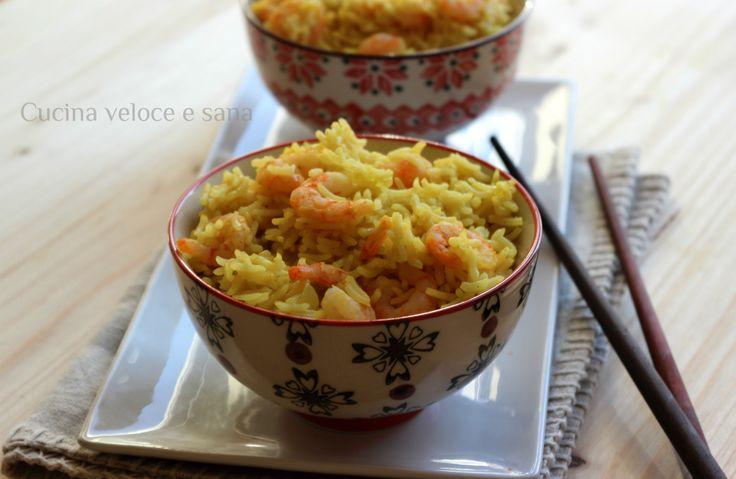 Riso al curry e gamberetti, un primo piatto molto gustoso. Bastano pochi ingredienti per preparare un riso molto gustoso.