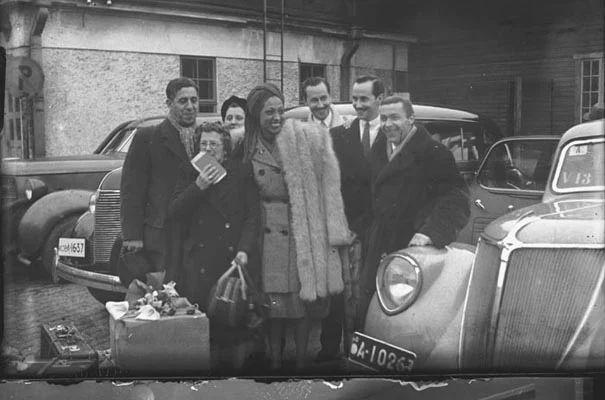 Kuva: Turbaanipäinen turkistakkinen nainen on Josephine Baker, joka on seurueineen Turun satamassa. 1920- ja 1930 -luvuilla julkisuuden henkilöiden elämän seuraaminen alkoi olla näkyvä osa-alue sanomalehdissä.  Baker vieraili Turussa kolme kertaa, vuosina 1933, 1946 ja 1958.  Kuva: Turun Sanomat, 1946.