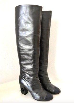 Kaufe meinen Artikel bei #Kleiderkreisel http://www.kleiderkreisel.de/damenschuhe/stiefel/162120080-chanel-stiefel-metallic-grau-schwarz-leder-kamelie-39-40-high-boots-black-grey
