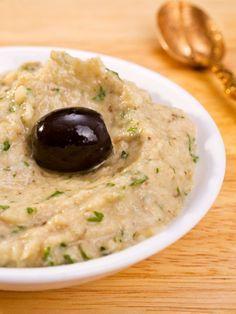 Baba Ganoush hat nicht nur einen klangvollen Namen, es schmeckt auch großartig. Der Auberginen-Sesam-Dip ist mit diesem Rezept schnell zubereitet.