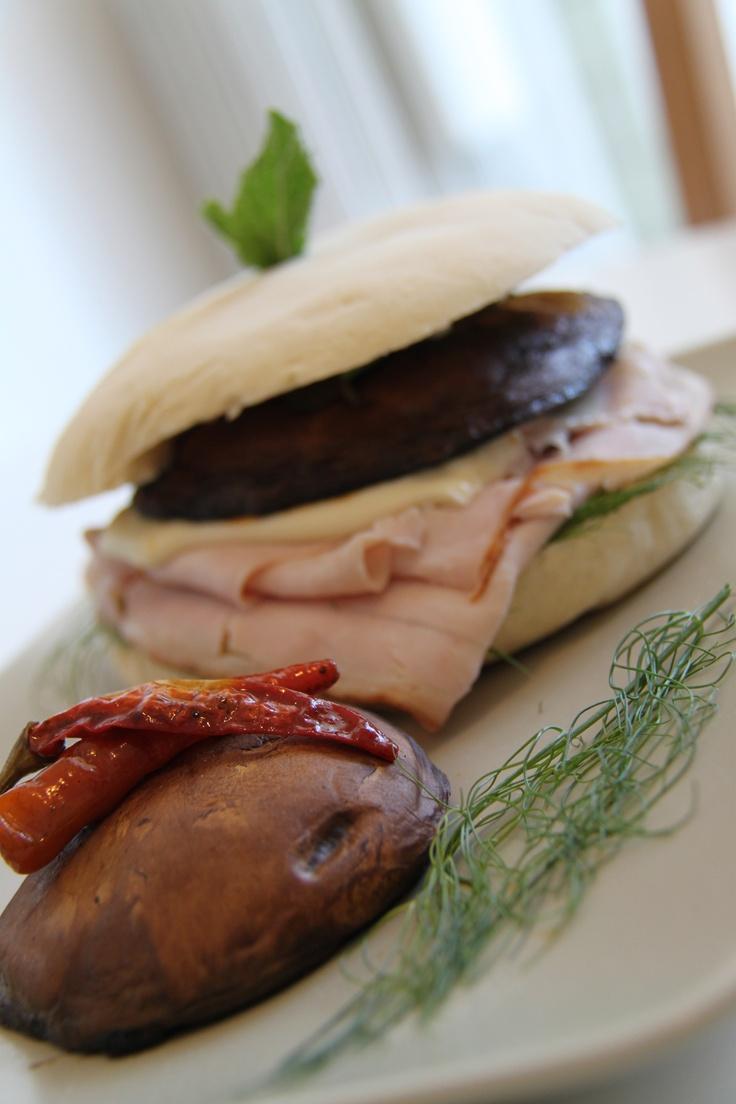 Pane arabo con tacchino arrosto, funghi porcini, finocchio selvatico, menta e peperoncino