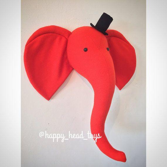 Mr éléphant rouge-orangée. Taxidermie faux, tête d'éléphant murale Mont. Crèche de l'art, décor de crèche