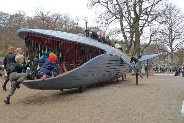 Ballena gigante en el parque de juegos en Göteborg.