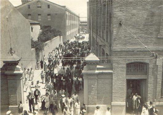 Can Mamella (fàbrica de filatures situada al cor de Sant Andreu). Aquí veiem la sortida dels treballadors pel carrer Gran de Sant Andreu, anys 40's.