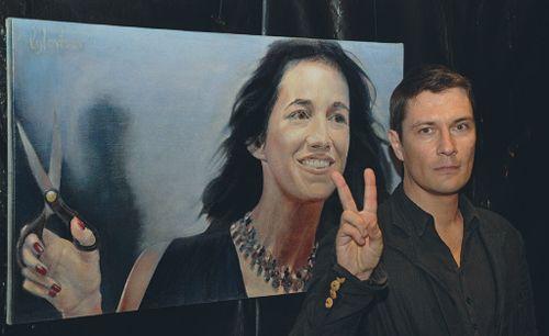 Алексей Ловцов написал портрет Шарлотты Генсбур в «обложечной» манере: сияющая, беззаботная звезда. Вот только злополучные ножницы в ее руке да черная тень, отброшенная на эту часть холста, настораживают.