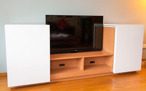 Dit design TV meubel met lift wordt in elke afmeting op maat gemaakt en in elke gewenste kleur zijdeglans of hoogglans gespoten.  De tv-liften zijn er in verschillende soorten en maten afhankelijk van de grootte van het tv scherm.  Tm 55 inch. Wij gebruiken liften van Screentech. Deze kenmerken zich door speciale luxe eigenschappen als geluidloos en extra grote slaglengte. Montage op de bodem. De kast ansich wordt volledig verlijmd en daardoor zijn er geen montage naden tussen bovenkant en…