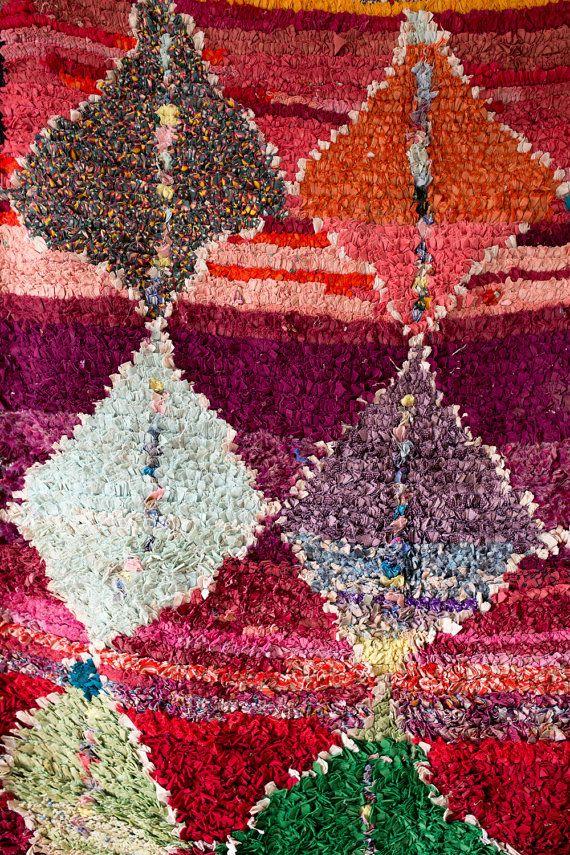 TAPIS VINTAGE BOUCHEROUITE MAROCAIN / / LA SÈCHE  le mot « boucherouite » provient dune expression marocaine-arabe signifiant déchirée et réutilisés vêtements.  dans les années 1960, comme les gens ont commencé à se déplacer à labri dun mode de vie, nomade des matériaux comme la laine et le coton ont été deviennent rares. les femmes berbères a commencé à tissage « tapis de chiffon » de textiles trouvés et les restes de vêtements, sefforçant de faire quelque chose de fonctionnel, mais beau…
