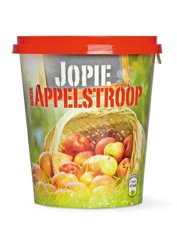 """Voor deze ambachtelijke appelstroop ontwikkelden we een look alsof het rechtstreeks uit de appelgaarden komt. De merknaam 'Jopie Appelstroop"""" is speels verwerkt op een veilingbordje en de appelschil die als lipje de appel 'opent' geeft een creatieve draai aan het geheel. Jopie Appelstroop is onderscheidend en aantrekkelijk in het schap."""