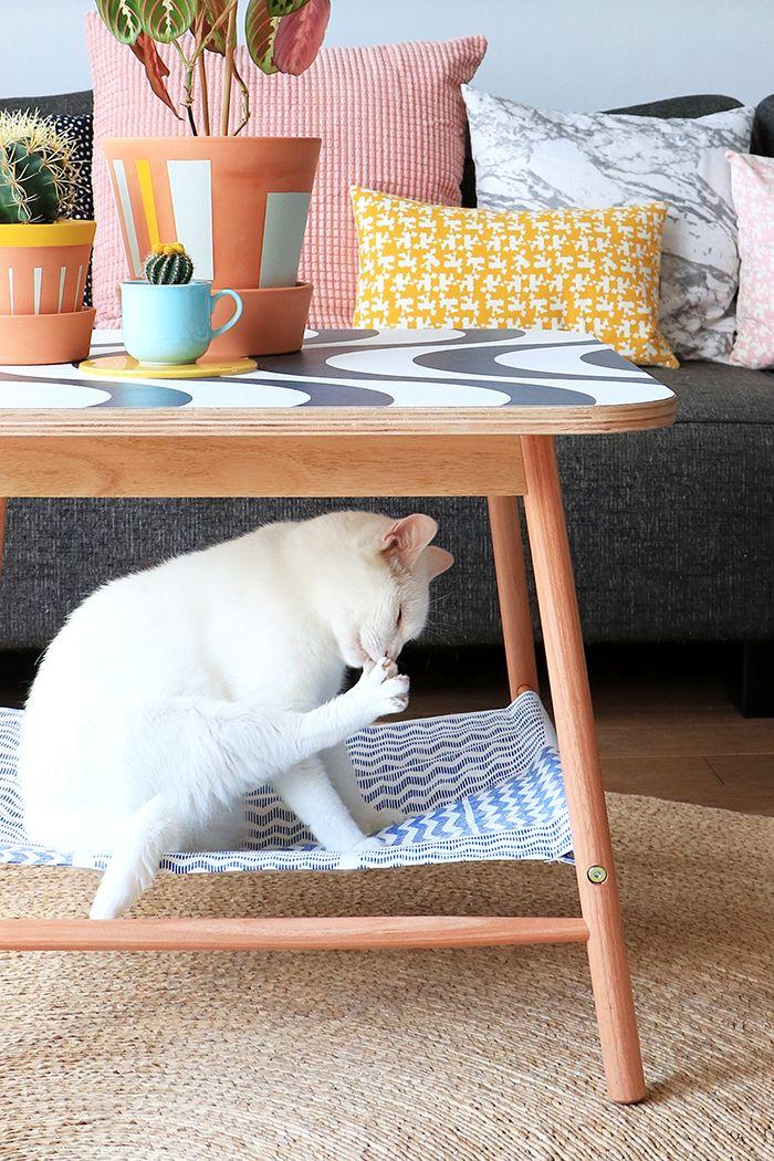 Salontafel met DIY hangmat voor kat.
