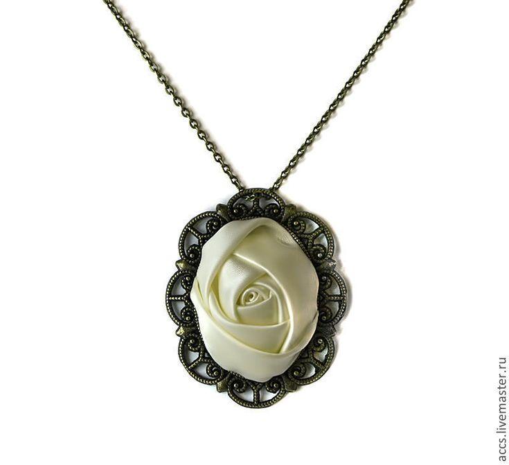 Купить Винтажный кулон с белой розой из атласной ленты - винтаж, винтажные украшения, розы