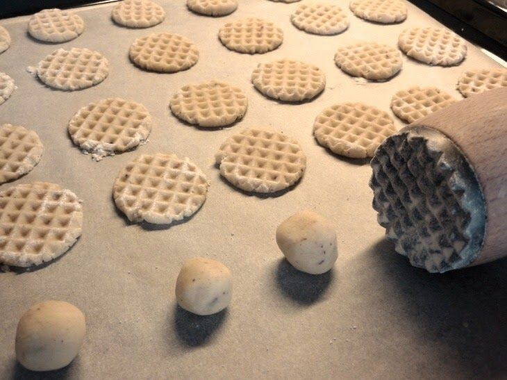 MANDLOVÉ SUŠENKY 50 g mletých mandlí 150 g změklého másla 50 g cukru moučka 1/2 lžičky skořice 180 g hladké mouky 1 zarovnaná lžička kypřícího prášku, přidala jsem i pár kapek mandlového aroma. Vše zpracujeme v těsto a tvoříme malé kuličky, které na plechu s peč. papírem zploštíme pomoučenou paličkou. Pečeme 15 - 20 min. ; trouba 170 st.