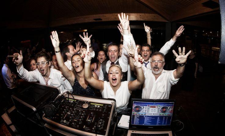 Momento de subidon para el DJ... SIZEPHOTO, fotógrafo barcelona, reportaje de boda