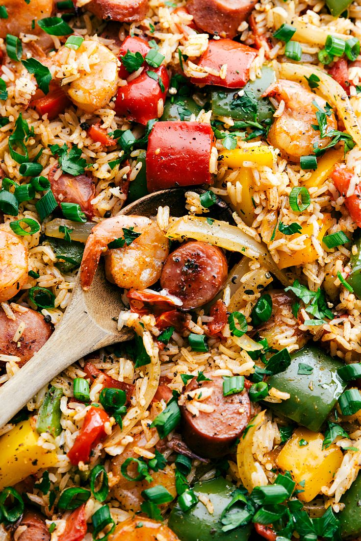 ONE PAN JAMBALAYA! Sausage, shrimp, seasoned veggies, AND rice all cooked together on ONE PAN! Easy 30-minute dinner I RECIPE via chelseasmessyapron.com