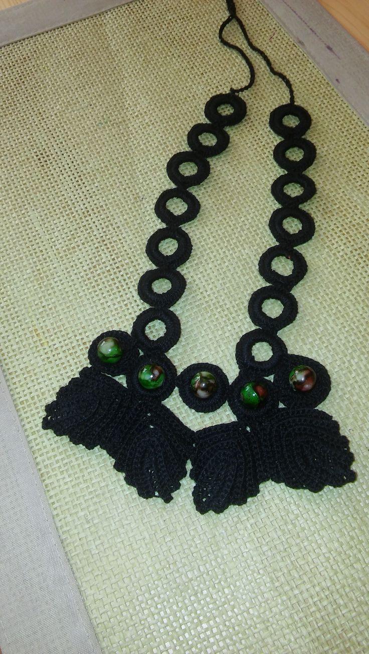 szydełkowy naszyjnik wydziergany z czarnego kordonka ozdobiony koralikami-madey crochet necklace of black beads decorated with a twist