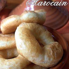 sfendj ou sfenj : un beignet arabe rond avec un trou. En Algérie le sfenj a la farine rencontre un fort succès. Des sfenjs rapides et faciles au pétrin à la mie