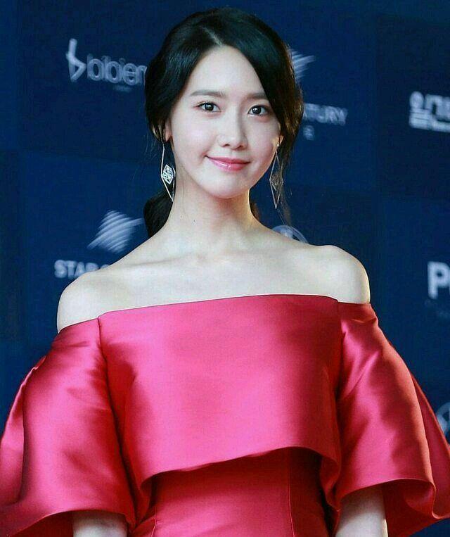 Yoona at 2017 Baeksang Awards Red Carpet
