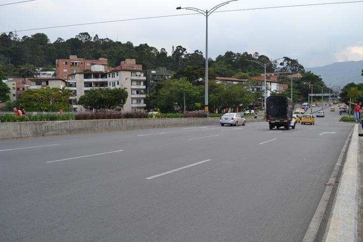 Día sin carro en Medellín. Lugar:Puente de la 33, sobre el río Medellín, que conecta el oriente con el occidente de la ciudad. Fecha: 23 de abril de 2012 - 4:44pm