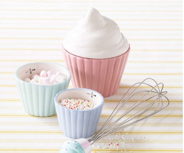 Does your nanny love baking or cupcakes (who doesn't)? Give them this cute gift of cupcake measuring cups this season to show your appreciation of all their hard work! #nanny #holiday #gifts